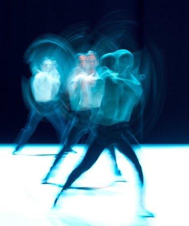 Queste spettacolari fotografie a bassa velocità ritraggono ballerini della compagnia Gauthier in un'esibizione a Stoccarda.