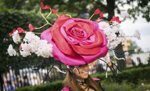 Ecco uno dei morigerati cappellini del britannico (anche per stile) Ladies' Day...