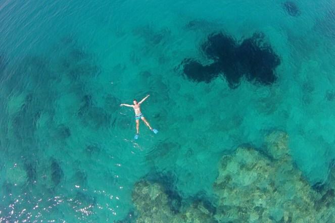Ecco una delle migliori spiagge dell'Albania... da una prospettiva alquanto diversa da quella del beato nuotatore!
