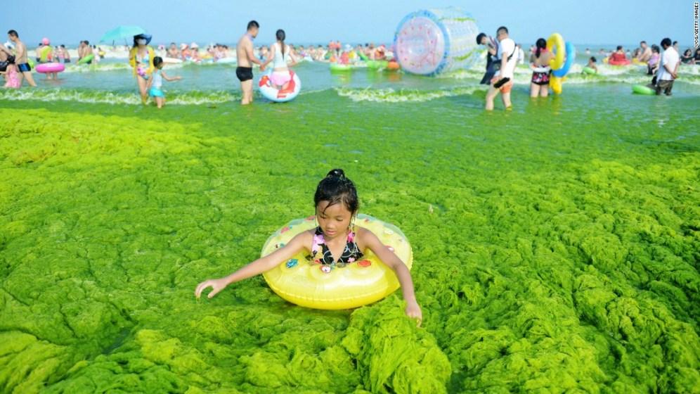 Se non fosse per il salvagente non sarebbe così immediato riconoscere la spiaggia di Qingdao, in Cina...