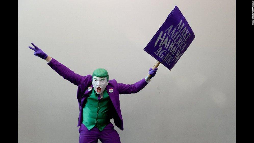 Al Comic-Con di San Diego, un cosplayer realizza un ibrido Trump-Joker.