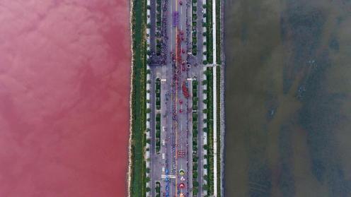 Per una qualche misteriosa ragione, il lago salato di Yunsheng in CIna si è tinto di rosso.... a metà.