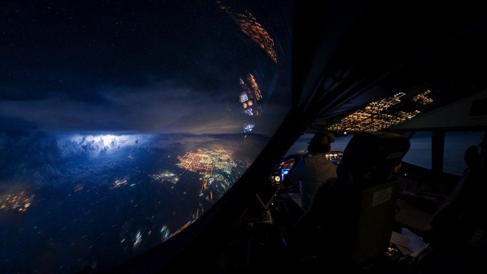 _95132137_boeing-747-cockpit-night-thunderstorm-weather-pilot-crew-vanheijst_1600px