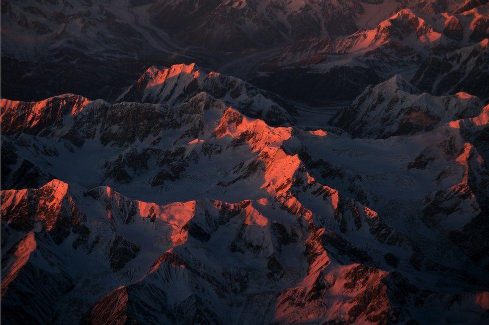 _95132138_china-himalaya-sunset-snow-mountains-orange-light-pink-vanheijst_1600px