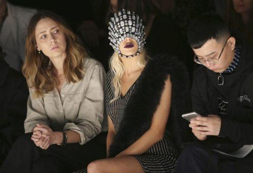 Come partecipare alla Mercedes-Benz Fashion Week di Sydney senza la scocciatura di doversi poi struccare? La modella Imogen Anthony ha trovato la soluzione perfetta!