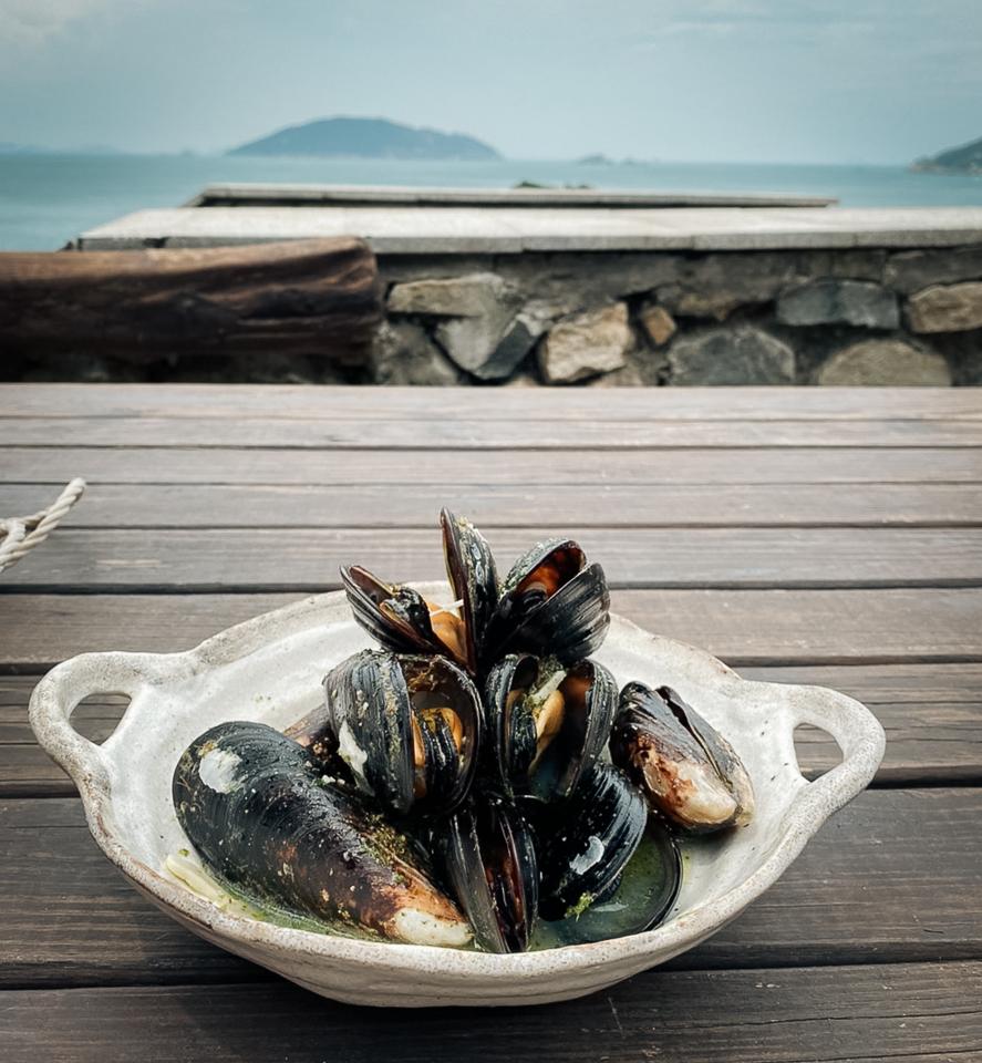 面對大海與龜島,享用最新鮮的馬祖淡菜
