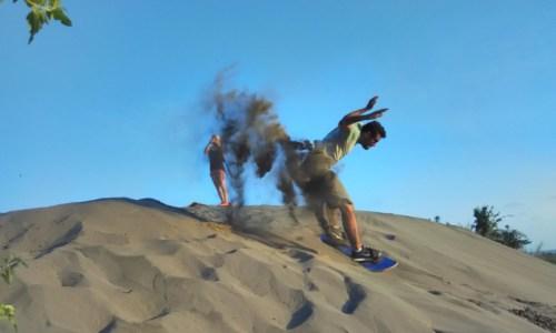 Sedang Melakukan manuver saat main sandboarding di Jogja