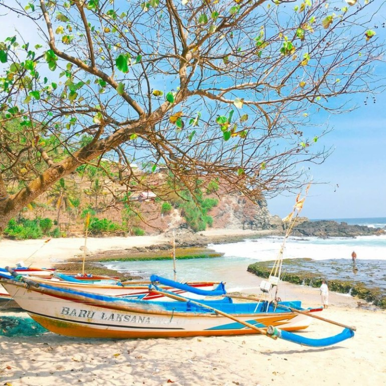 Kapal nelayan di Pantai Siung