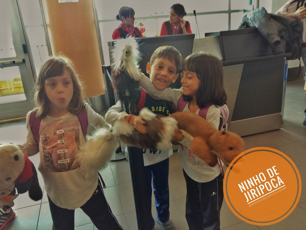 Aeroporto de Cusco com crianças