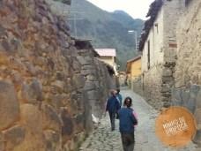 Ruas de Ollantaytambo no Peru com crianças