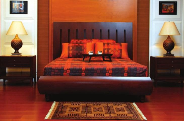 hangat dengan unsur kayu di kamar tidur