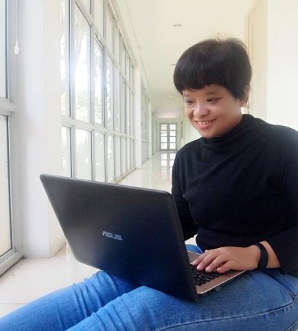 Mencari tempat nyaman untuk bekerja menggunakan laptop