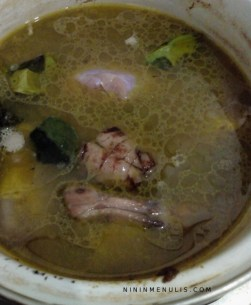 Rebus ayam dan bumbu yang sudah ditumis tambahkan air