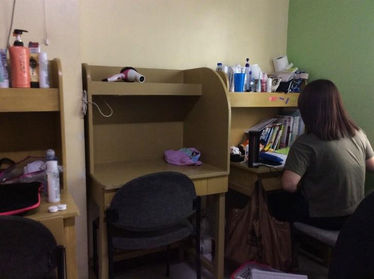 勉強するルームメート