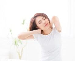 眠い 伸びをする女性