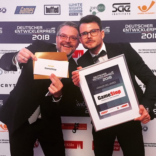 Bernd Berheide, Head of PR / GSA-Region at Kalypso Media Group (links) und Martin Bamberger, Marketing Manager GameStop Deutschland GmbH (rechts) Foto: GameStop