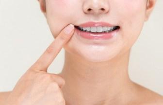口臭の原因「臭い玉(膿栓)」ができる原因は?取り方とともに解説