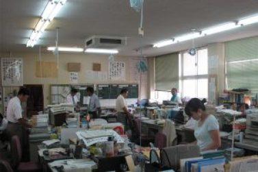 غرفة المعلمين في مدرسة متوسطة في محافظة ساغا