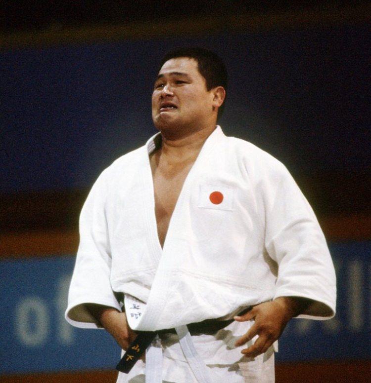 لاعب الجودو ياسوهيرو ياماشيتا يبكي بعد فوزه بالميدالية الذهبية في أولمبياد 1984