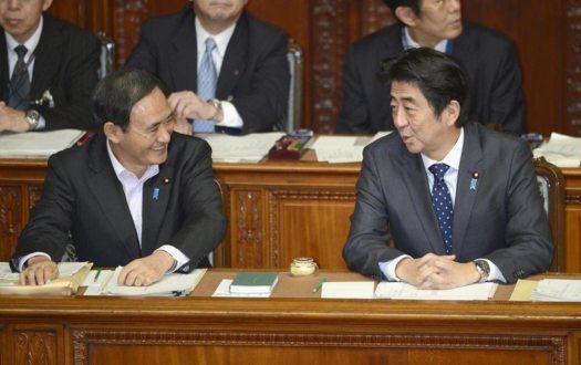 يوشيهيديه سوغا (يمين) وشينزو آبيه (يسار) خلال جلسة برلمانية عام 2013 | عبر مكتب رئاسة الوزراء وكيودو