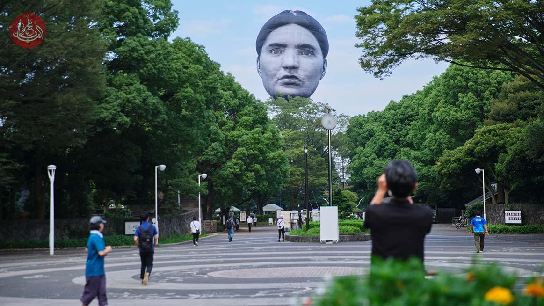 القصة الكاملة وراء رأس بشري عملاق ظهر في سماء طوكيو