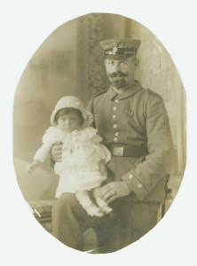Julius auf Heimaturlaub während des Ersten Weltkrieges, aus dem er unversehrt und mit dem Eisernen Verdienstkreuz 1918 zurück kehrte