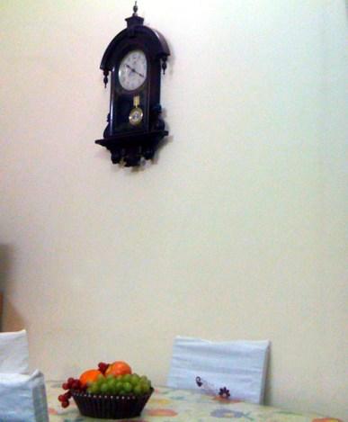 ডায়নিং টেবিলের উপরে শোভা পাচ্ছে পুরোন আমলের নকশাদার একটা দেয়াল ঘড়ি (গ্র্যান্ডফাদার ক্লক কিন্তু এগুলো নয়)