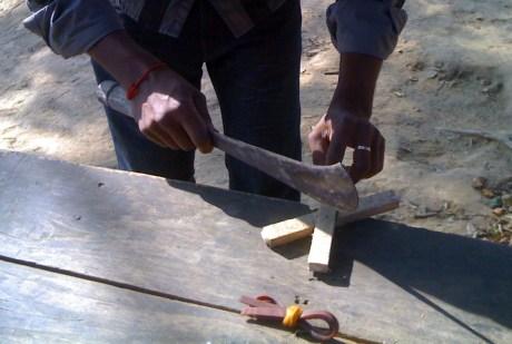 গুলতি বানিয়ে নিচ্ছে গাইড বিকাশ দত্ত (ছবি:লেখক)