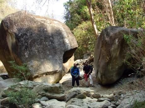 দ্বিতল উঁচু পাথরের মাঝে আমরা ক্ষুদ্র Homo Sapiens (ছবি: নাকিব)