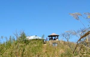 কিওক্রাডাং চূড়ায় বাঁধানো ঘর, আর সামনে দেখা যাচ্ছে কামরুলের (!) ল্যাট্রিন (ছবি: লেখক)