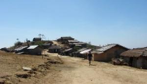 পাসিং পাড়া, মাঝখানে রাস্তা, দুপাশে ঘর; পথ ধরে হাঁটছে নাকিব (ছবি: লেখক)