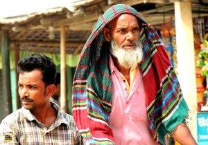 তেঁতুলিয়া বাজারে একজন অচেনা ভ্যানচালক ও আরোহী (ছবি: লেখক)