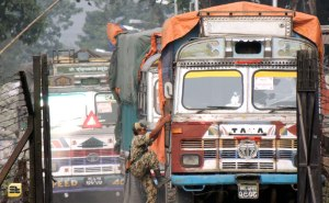 নেপাল থেকে বাংলাদেশে আগত গাড়ি পরীক্ষা করছেন একজন বিএসএফ জোয়ান (ছবি: লেখক)