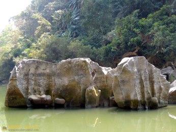 নাফা খুমরয় - মাছ বেঁধে রাখা থেকে এই নাম, এসব পাথরের খাঁজে মাছ পাওয়া যায় (ছবি: লেখক)