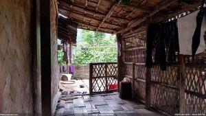 পাইন্দু পাড়ার কারবারির ঘরের বারান্দা, ভিতরের বারান্দা থেকে বাইরের উন্মুক্ত বারান্দা দেখা যাচ্ছে - নিশাচর
