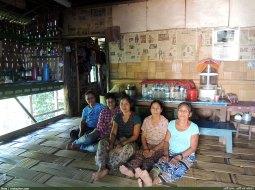 দলিয়ান পাড়া হেডম্যানের ঘরের নারীমুখগুলো, মাঝখানে বসা হেডম্যানের পুত্রবধু