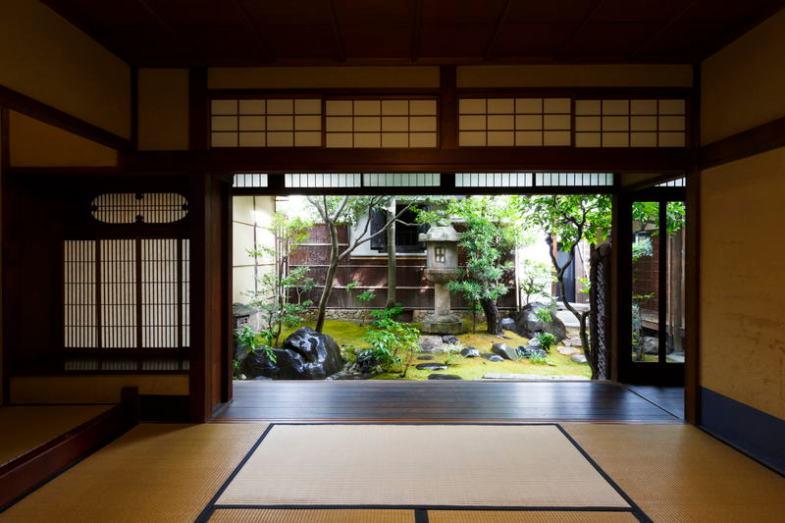 中京のらくたび京町家  座敷から庭を見る