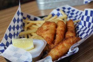 basket of four pieces of cod fish, tartar sauce and fries or chips