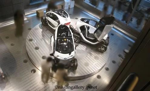 日産銀座ギャラリーのターンテーブル。乗用車1台分のスペースにニューモビリティコンセプトが3台展示されている。
