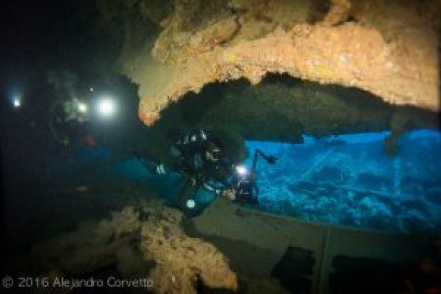 Bajo el casco invertido del naufragio Dunraven