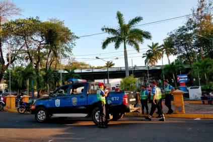 """La actividad fue convocada 24 horas antes a través de las redes sociales. Los jóvenes tenían la intención de realizar una vigilia en Plaza Cuba, pero miembros de la Juventud Sandinista y oficiales de la Policía Nacional se """"tomaron"""" el lugar. Foto: Franklin Villavicencio   Niú"""