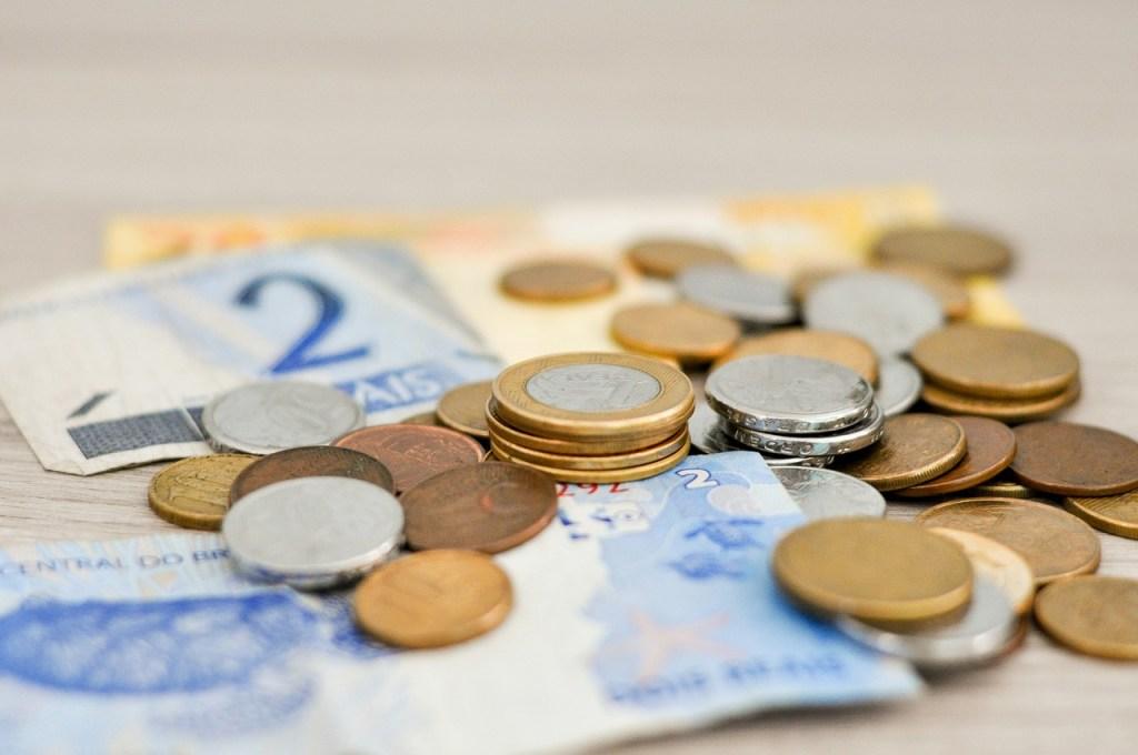 dinero sobre una mesa para mostrar el control de presupuesto como principal ventaja de utilizar adwords