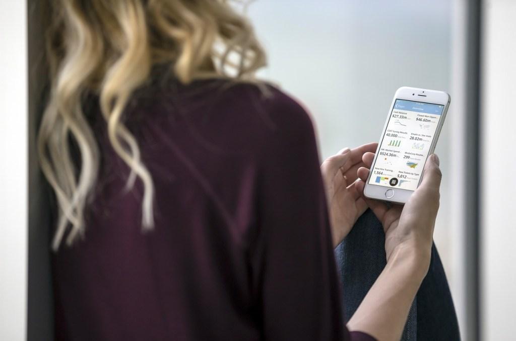 mujer viendo pantalla de smartphone, adwords está presente en dispositivos móviles