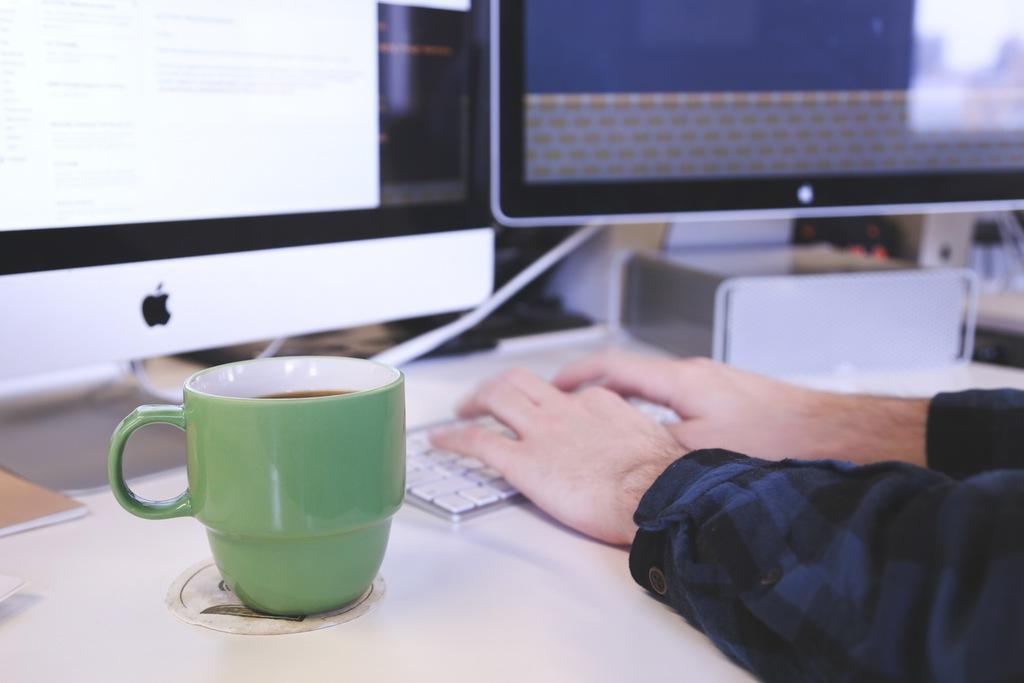 content marketing, persona trabajando a doble pantalla