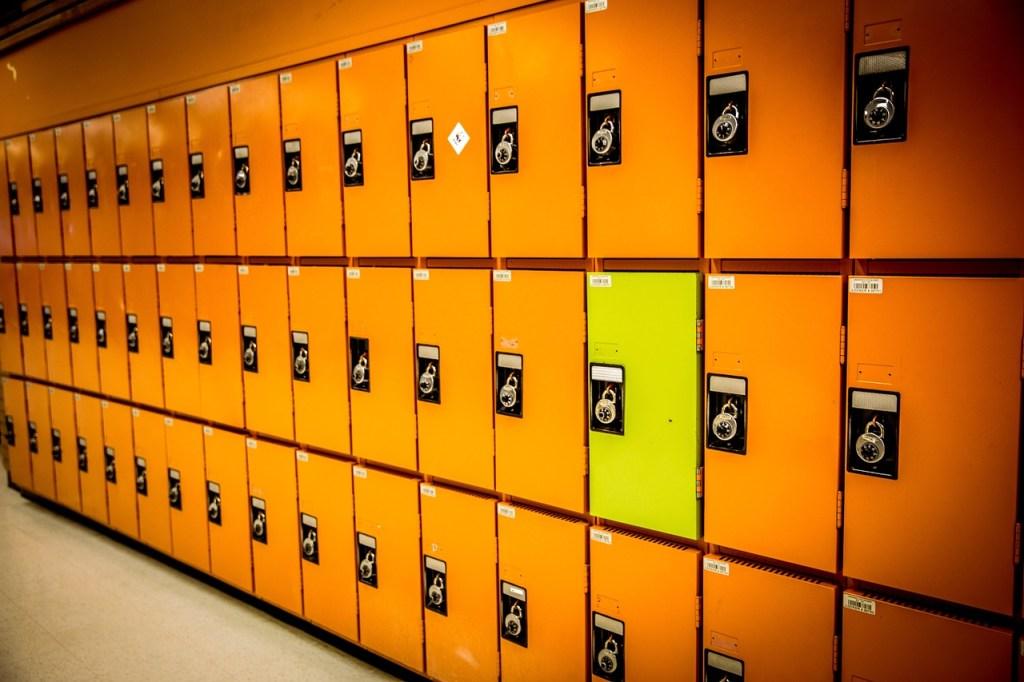 pared con lockers color naranja y un locker color amarillo, la segmentación de público objetivo es tarea del social media manager