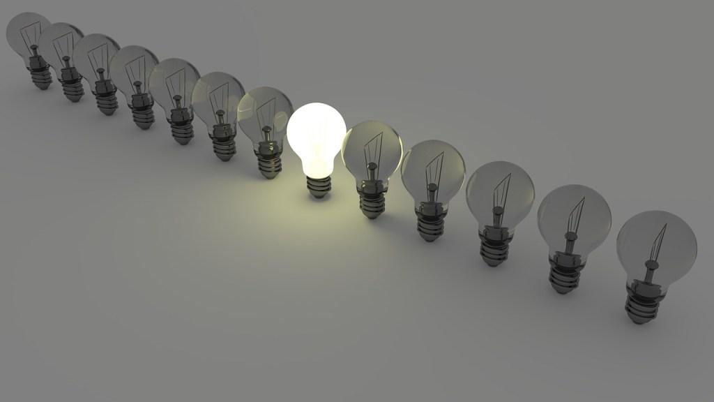 hilera de focos de iluminación con solo uno de ellos encendido, la relevancia es clave en el content marketing