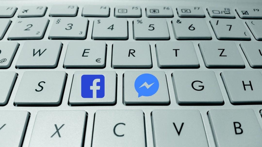 teclado de computadora con botones para facebook y facebook messenger, la automatización mediante chatbots para atención a clientes crecerá en 2017 como estrategia de marketing en redes sociales