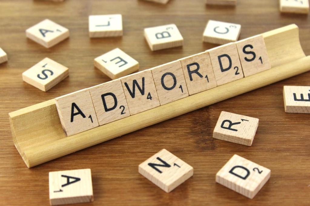 palabra adwords formada con letras de scrabble, para artículo sobre los pasos para una campaña exitosa en google adwords