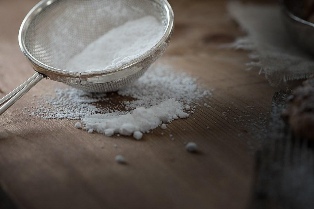 tamiz colando azúcar, en marketing digital al embudo de conversión bien podría llamársele tamiz de conversión