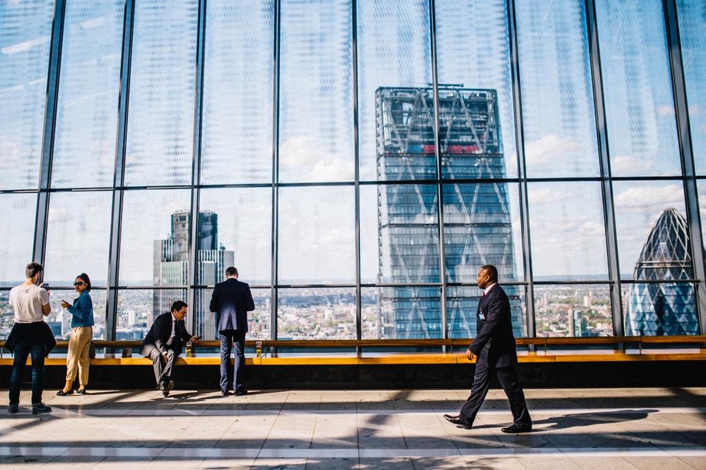 Horizonte Con Edificios. Un Sitio Web Ayuda A Competir Contra Grandes Empresas